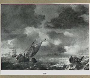 Schepen op zee met rechtsvoor een vissersbootje