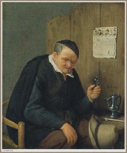 Oude boer met glaasje en wijnkan zittend bij een tafel