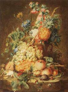 Bloemstilleven in een vaas, omgeven door vruchten op een marmeren tafel