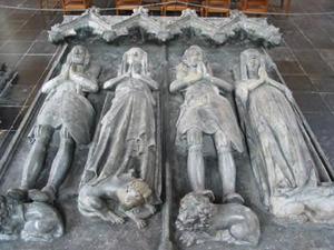 Grafmonument met beelden van Gijsbrecht van IJsselstein (?-1344), Bertha van Heukelom (?-1322), Arnold van IJsselstein (?-1363) en Maria van Henegouwen (?-?)