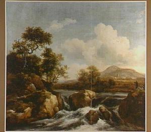 Landschap met twee wandelaars bij een waterval