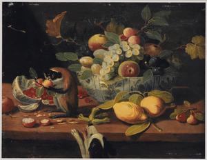 Stilleven van vruchten op een tafel met een aapje en een hond