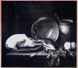 Stilleven met vis, kip, vaatwerk, appels en noten op een stenen plint