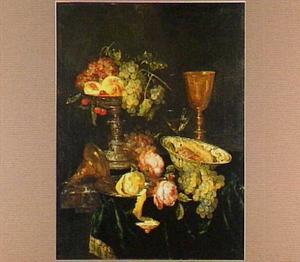 Stilleven met fruit, rozen, zilveren tazza, glazen en