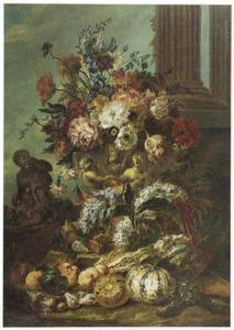 Stilleven van bloemen en vruchten bij klassieke architectuur met links een aap