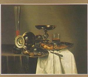 Stilleven met omgevallen Jan Steen-kan, tinnen borden en andere voorwerpen