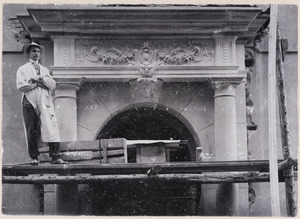 De beeldhouwer Joop van Lunteren bij de decoratie aan villa Van Heck, Enschede (1903?)