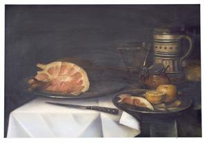 Stilleven van ham, roemer, bierpul, mosterdpot en sinaasappel