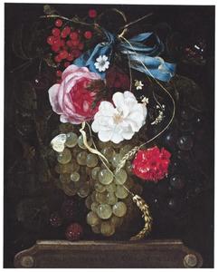 Schikking van bloemen en vruchten hangend aan een blauwe strik