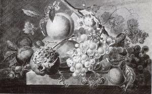 Vruchtenstilleven in een rieten mand op een stenen plint