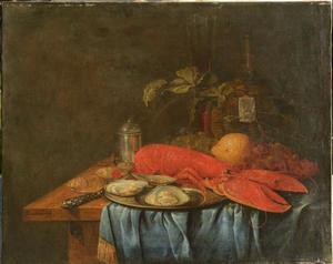Stilleven met kreeft, oesters, fluitglas, mandfles en vruchten