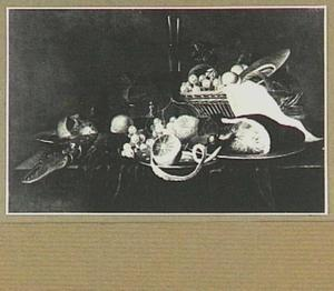 Stilleven met vruchten, kreeft en ham op een tafel