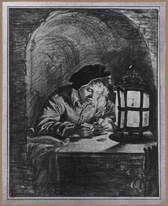 Jonge man bestudeert munten bij het licht van een lantaarn
