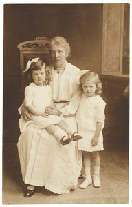 Portret van Gerritje Pieternella Querngester (1875-), Gerritje Pieternella de Haan (1916-2003) en Johanna Gerarda de Haan (1914-)
