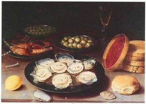 Stilleven van tinnen borden met oesters, olijven, kappertjes en suikerwerk