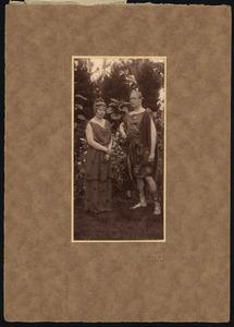 Twee onbekende personen in historisch kostuum