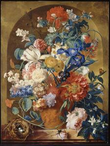 Stilleven van bloemen in een terracotta vaas, voor een nis