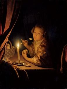 Meisje dat een hap wil nemen van een partje appel bij kaarslicht