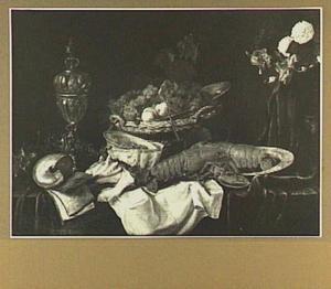Stilleven met kreeft, vruchten, bloemen, schelpen en een pronkbeker