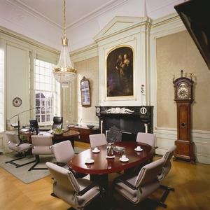Burgemeesterskamer met neoclassicistiche plafond- en wandafwerking en onder meer voorzien van groepsportret als wandbekleding en een 17de-eeuwse schoorsteenstuk