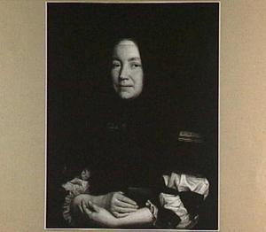 Portret van een vrouw met een boekje in haar hand