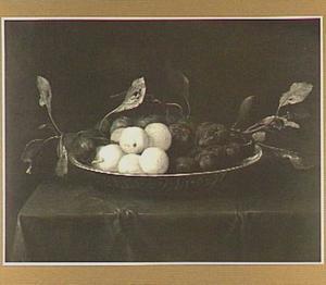 Stilleven van pruimen in een porseleinen schaal