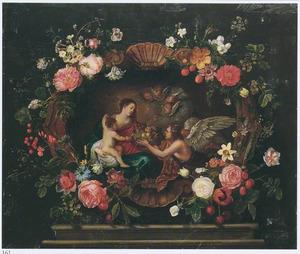 Bloem rondom een voorstelling van Maria met Kind en een engel