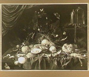 Rijk stilleven met verschillende etenswaren, insekten en een doos op een tafel met kleed; een gordijn op de achtergrond