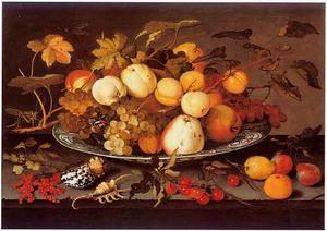 Stilleven van vruchten op een Wan Li-schotel met daarbij schelpen, ander vruchten en een sprinkhaan op een stenen plint