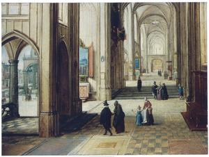 Kerkinterieur met doorkijk naar een plein