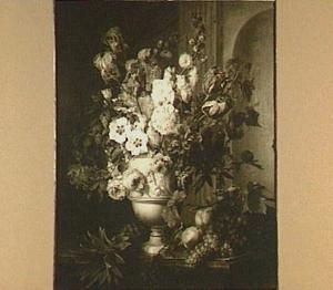 Bloemstilleven in een gebeeldhouwde vaas tegen een architecturale achtergrond