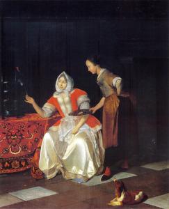 Vrouw die een papegaai voert terwijl haar dienstmeid toekijkt