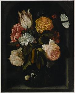 Glazen vaas met rozen, anjers, een pioenroos en een tulp in een stenen nis