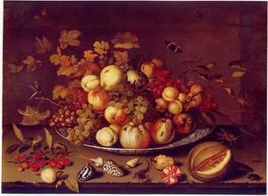 Stilleven van vruchten op een Wan Li-schaal met schelpen, insecten, vruchten, een anjer en een hagedis