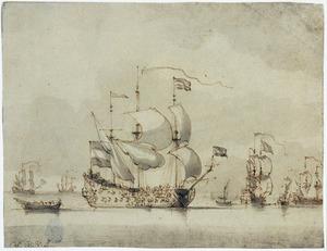 Oorlogsschip en andere schepen op kalme zee