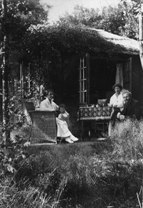 Het atelier van Mies van Ries in Blaricum, achter Noolseweg 57. Van links naar rechts: Adya Dutilh, Aditya van Rees, Mies van Rees en Jan Terwey.