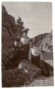 Portrt van Isabella Cornelia gravin van Hogendorp (1816-1904), Margaretha Johanna van den Brandeler (1854-1936) en een onbekende vrouw