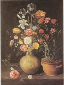 Boeket in een steengoed vaas en anjers in een bloempot