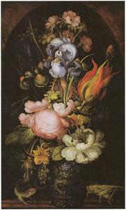Bloemenstuk, met links een hagedis en rechts een sprinkhaan, in een nis