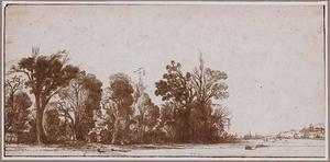 Boomrijk landschap met links een poort tussen de bomen en rechts in de achtergrond een dorp