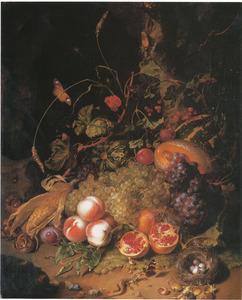 Stilleven van vruchten, met insecten en een vogelnest op een ondergrond van mos met kiezelstenen