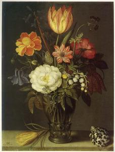 Bloemen in een roemer, geflankeerd door een crocus en een schelp, op een stenen plint