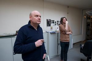 Paul Kooiker werkend in zijn atelier