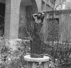 Het atelier van Antoine Bourdelle met een brons van een vrouw ten voeten uit met de armen boven het hoofd geheven