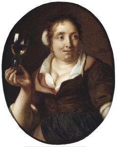 Jonge vrouw met een glas in de hand