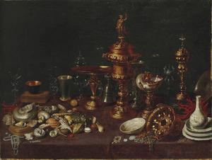 Stilleven met zilveren en verguld vaatwerk, porselein, schelpen en andere kostbaarheden