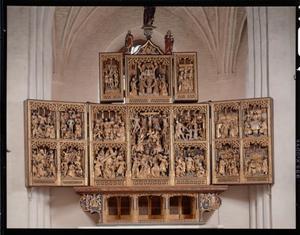 De doornenkroning (binnenzijde linker bovenluik); De Gregoriusmis (middendeel boven); De bewening (binnenzijde rechter bovenluik); De gevangenneming, de geseling, Christus voor Kajafas, de doornenkroning (binnenzijde linkerluik); Christus voor Pilatus, de kruisdraging, de kruisiging, Christus in limbo, de opstanding (middendeel); De H. vrouwen aan het graf, noli me tangere, de maaltijd te Emmaüs, Christus verschijnt aan de boetedoenende Petrus (binnenzijde rechterluik)