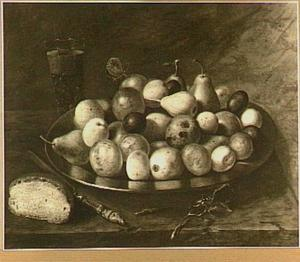 Stilleven van verschillende vruchten op een bord; linksonder een brood en een mes