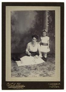 Groepsportret van Madeleine Marie Evers (1878-1946), Pauline Christine Doerleben (1904-) en baby
