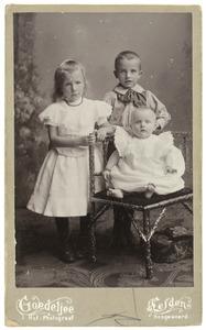 Portret van drie kinderen, waarschijnlijk Johan Jacob von Schmid (1895-1977), Elisabeth Maria von Schmid (1896-1968) en Anna Jacoba von Schmid (1900-1947)